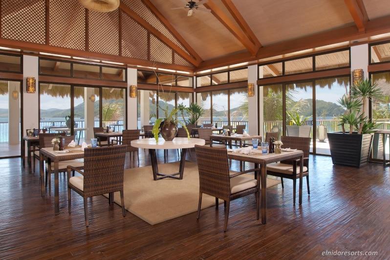 大きなガラス窓が大自然を映すアミアナンレストラン