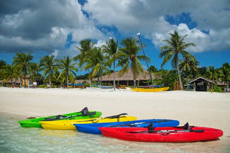 遠浅のビーチを楽しむならカヤックが最適