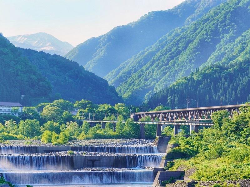 富山県は観光名所が何もない?立山黒部やトロッコ列車など見所満載