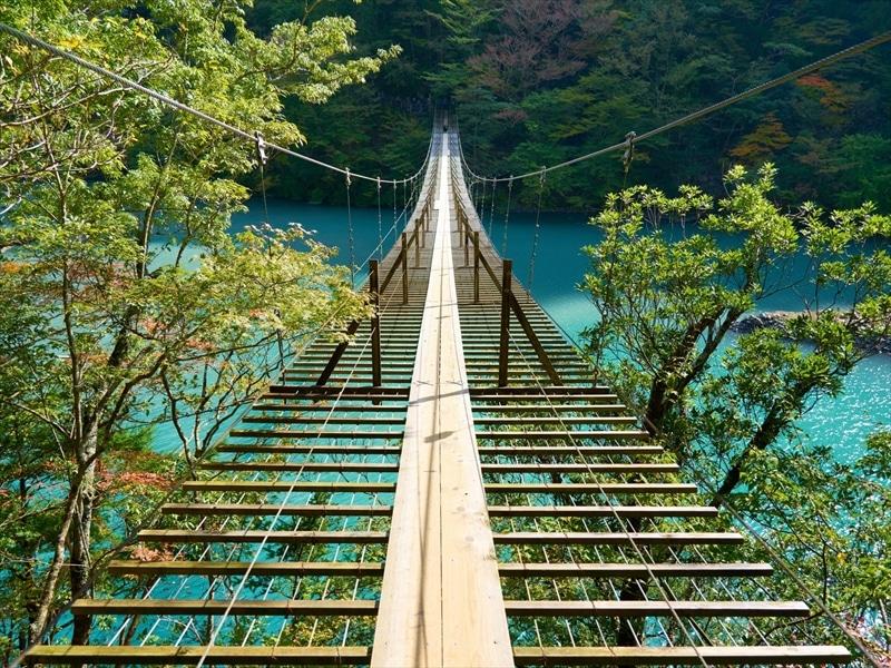 静岡県の人気観光地・夢の吊橋のある「寸又峡」